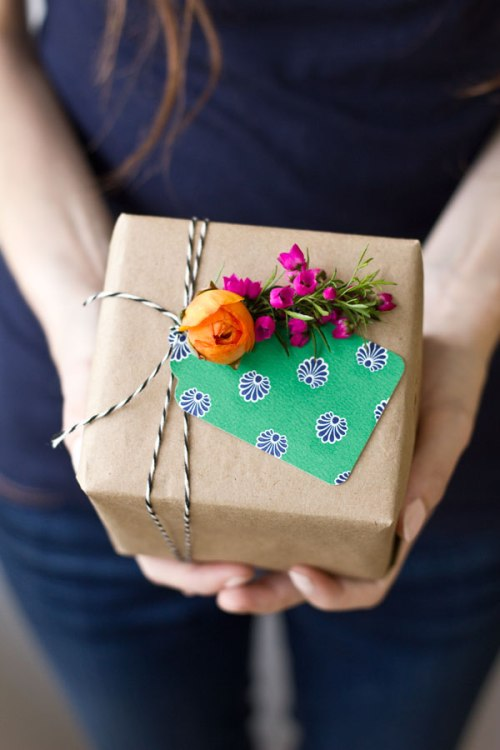 DIY-Fresh-Flower-Gift-Tag